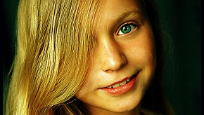 800px-Face_of_blonde_girl