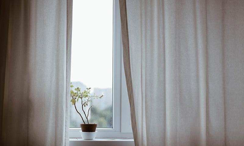 カーテンが風で揺れる