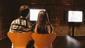 Couple_looking_at_tv_screen_@_Museu_da_imagem._Braga,_2011